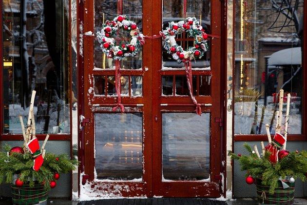 Věnce na dveře můžeme věšet i v párech.