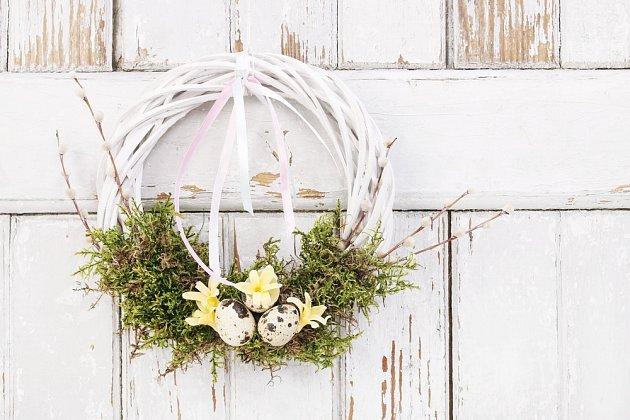 Hotový velikonoční věnec můžeme pověsit na dveře či zeď.