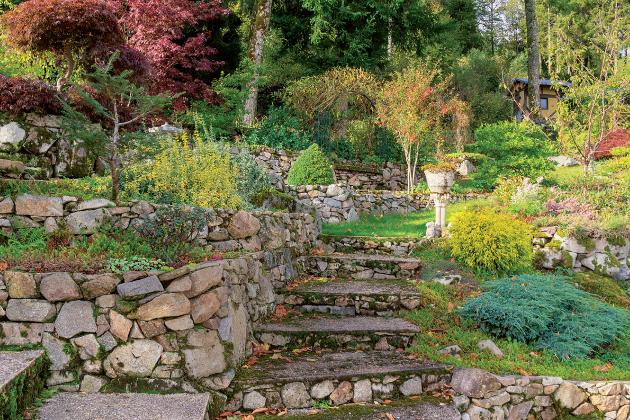 Mezi nesporné výhody zahrady ležící ve svahu patří možnost rozmanitějšího uspořádání a zajímavější vzhled