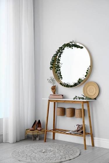Moderní zrcadlo ve skandinávském stylu má jednoduchý rám.