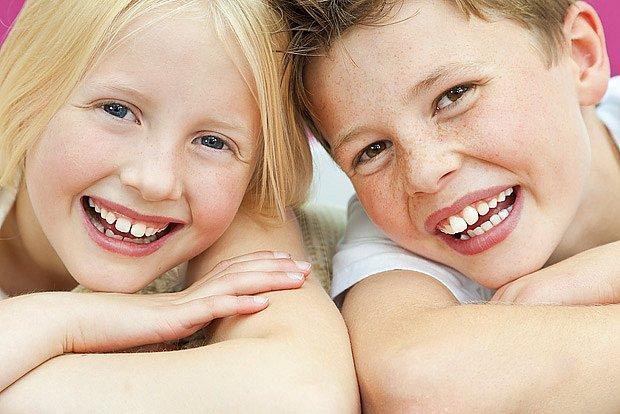 Med neškodí zubům jako cukr, přesto je pro děti dobré doplnit spolu s ním i vápník