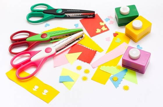 Na výrobu originálních jmenovek využijeme ozdobné nůžky a děrovačky.