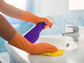 Mnohé komerční čistící prostředky obsahují až 146 více či méně nebezpečných chemikálií.