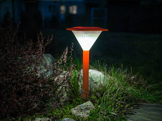 Solární lampa pomůže s orientací v noční zahradě.