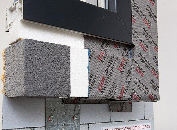 Varianta předsazené montáže okna na vnější kovové úhelníky zakryté izolací