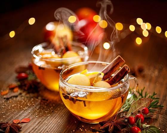 Skořici je třeba povařit, aby nápoj ochutila, ovšem poslouží i jako ozdoba
