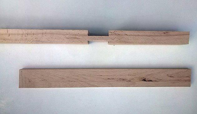 Základ kříže tvoří dvě části, jedna rovná, druhá s výřezem.