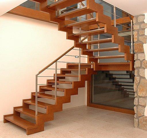schodiště ze dřeva a ocele