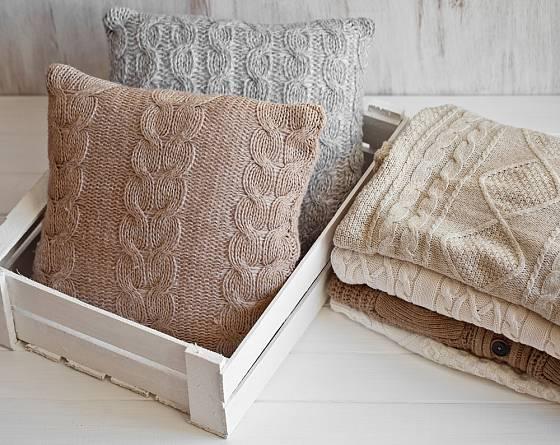 Polštáře z pleteniny jsou skvělou dekorací bytu pro zimní období.