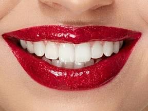 Atraktivní úsměv dělají krásné bílé zuby.