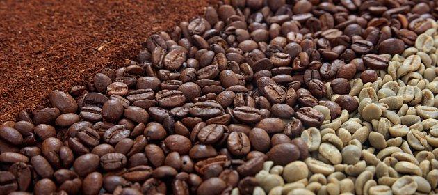 Nepražená káva je světlá, po upražení ztmavne a rozvoní se