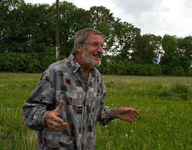 Bohumil Bradna dokáže poutavě vyprávět o každé rostlině, která tvoří jeho pestré louky.