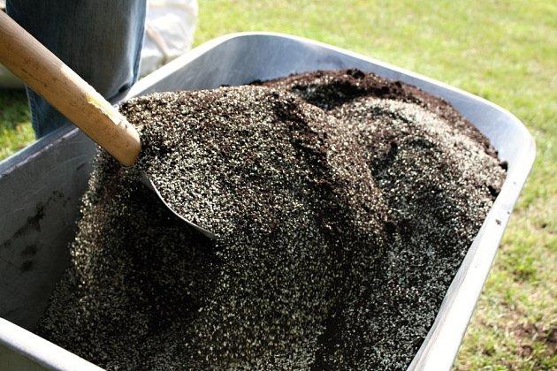 Bio hnojivo vyrobené z čistého hroznového kompostu zajistí rychlejší růst kořenů.