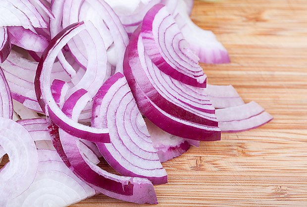 Cibule, levná a účinná první pomoc při nachlazení.