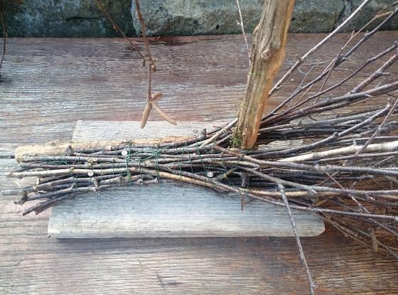 Větvičky z břízy pevně uchytíme na plochou dřevěnou podložku.