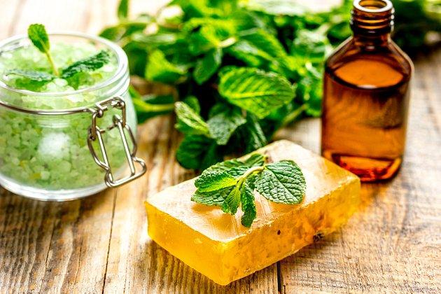 Přírodní kosmetika vyrobená z meduňky.