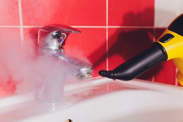 S úklidem koupelny pomůže také parní čistič.
