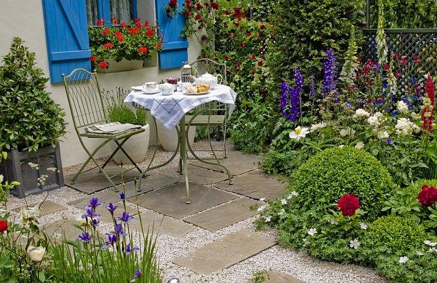Snídaně uprostřed květin