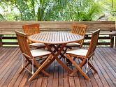 Zahradní nábytek často vyrábí z teakového dřeva