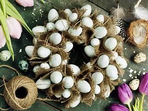 Věnec zhotovený z kousků juty a vyfouknutých vajec.