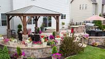 Posezení na zahradě může mít různou podobu, například zastřešenou plochu na terase u domu.