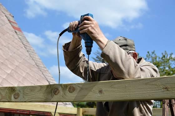 Vrtání děr pro šrouby kostry altánu.