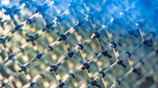 Detailní pohled na molekulární strukturu vody