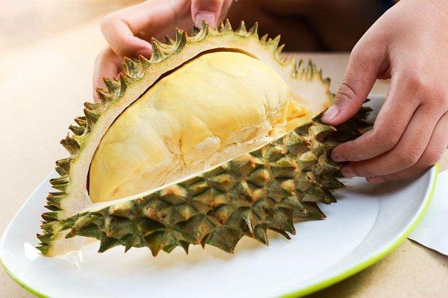 Dostat se k lahodné dužině durianu není úplně snadné