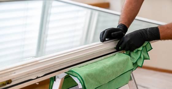 Vyklopené okno dobře podložíme např. složeným hadříkem.