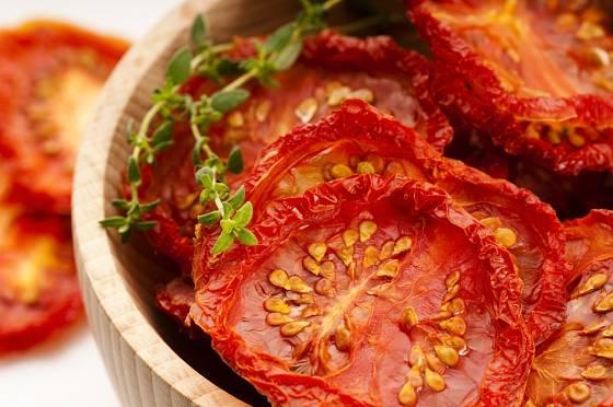 Usušená rajčata lze naložit do oleje