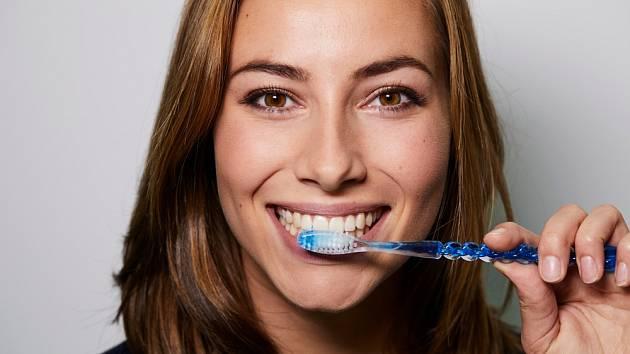 Na složení zubní pasty většinou nehledíme.