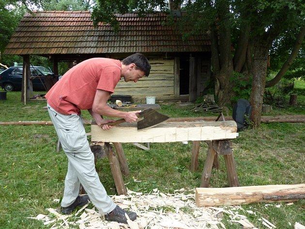 Pokud budete zničené dřevěné trámy nahrazovat novými, určitě nepoužívejte řezané z pily, ale dejte si s nimi tu práci a trámy otesejte, jen tak se přiblížíte co nejvíce původnímu stavu.