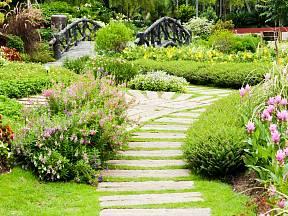 Ať už zakládáme zahradu novou, nebo vylepšujeme stávající, bez cest a cestiček se neobejdeme