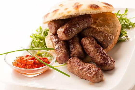 Na Balkáně se čevapčiči podává s ajvarem a chlebovými plackami.