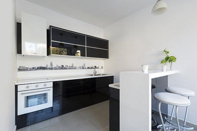 Barový pult oddělí kuchyň od zbytku bytu.