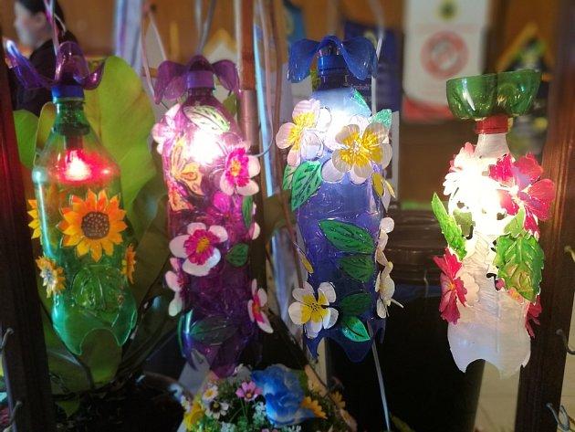 Z plastových lahví vznikne romantické osvětlení zahrady