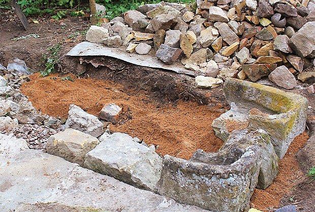 Základní kameny a zbytky koryt