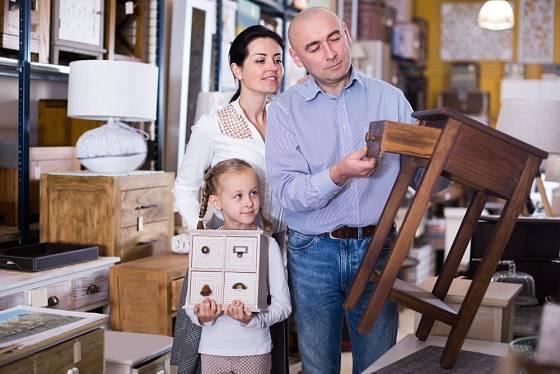 Některé nábytkové kousky si můžete vybrat i v bazaru nebo na bleším trhu.