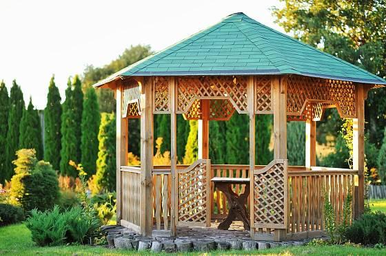 Dřevěný altán s pevným základem překoná lecjakou nepřízeň počasí.