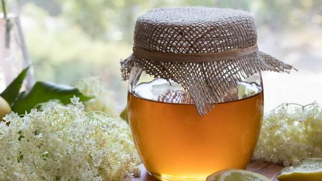 Med z květů bezinky není jen voňavá spousta cukru
