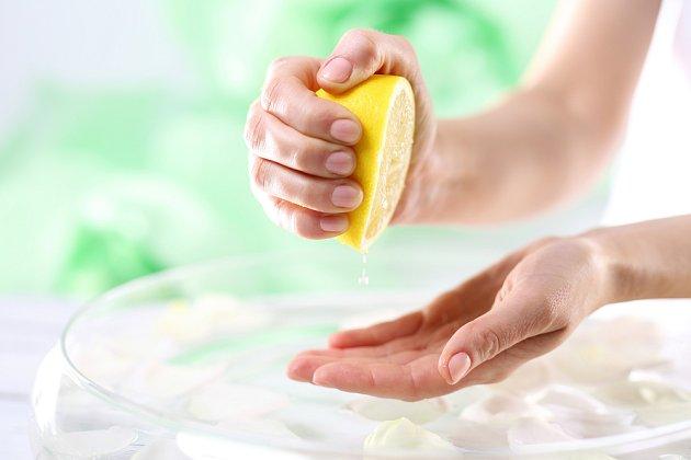 Účinky citronové šťávy si můžete ozkoušet snadno doma.