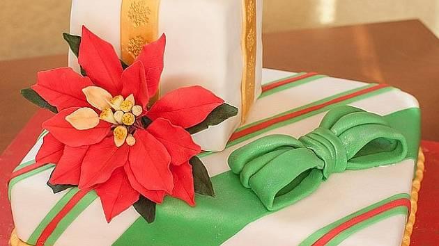 Vánoční dort skrývá uvnitř další překvapení.