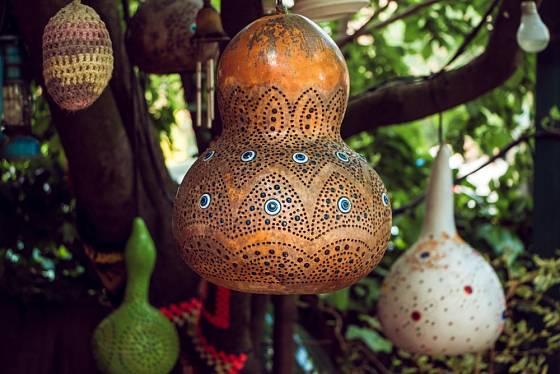 Ze suchých dýní se vyrábějí i dekorativní lampy.