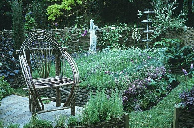 Proutěné posezení v bylinkové zahradě