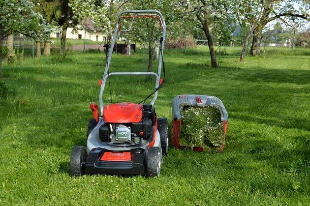 Levná kvalitní sekačka nezklame ani na mokré trávě.