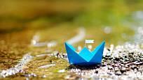 I louže s papírovou loďku připomíná velké jezero.