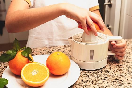 Ani elektrický odšťavňovač citrusů nepracuje bez našeho přičinění.