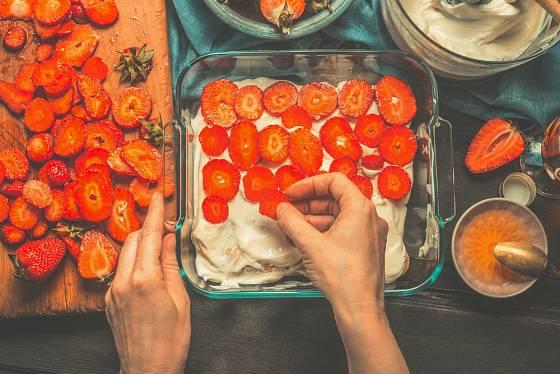 Tiramisu se dá podávat i s ovocem, nejlépe proložené tenkými plátky jahod.
