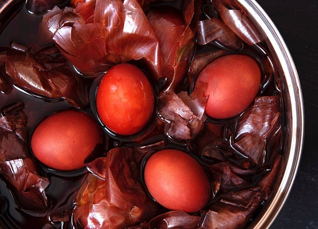 Povařením vajíček v cibulových slupkách získáme atraktivní zbarvení.