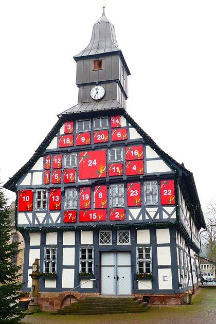 Historická radnice ve městě Uslar s okny vyzdobenými jako adventní kalendář.